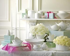 Arredamento country chic tavolo porcellane e mensola